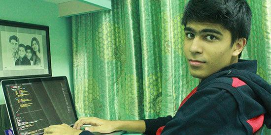 Monik Pamecha realiza investigación para su blog de tecnología.